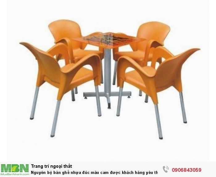 Nguyên bộ bàn ghế nhựa đúc màu cam được khách hàng yêu thích0