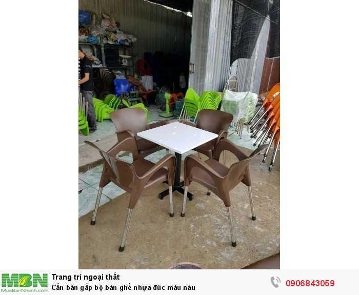 Cần bán gấp bộ bàn ghế nhựa đúc màu nâu0