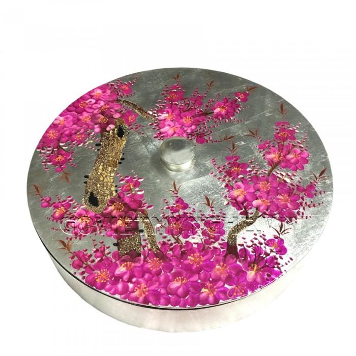 Hộp Mứt Sơn Mài Tròn Φ30cm - Vẽ hoa đào Tím & nền bạc - Φ30cm, Cao 7cm (Bao gồm cả phần nắp hộp). Giá : 530.000₫