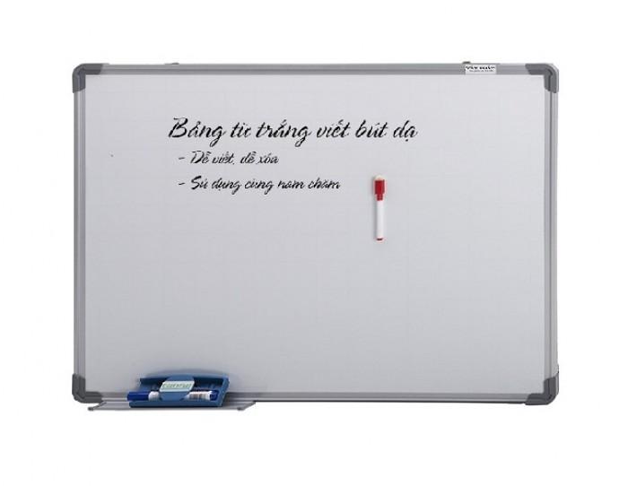 - Kích thước mặt Bảng: H800xW1200mm (H: chiều rộng; W: Chiều dài)  - Mặt Bảng: được sản xuất bằng thép từ tính Hàn Quốc. Bề mặt sáng đẹp, dễ viết, dễ xóa sạch. Mặt bảng bằng tấm thép phủ sơn màu trắng dày 20 micromét theo tiêu chuẩn JIS G3312 của Hàn Quốc -  Bề mặt bảng trắng sáng, đẹp, ít lóa, công dụng làm bảng viết bút lông, bút dạ.  - Mặt Bảng Có từ tính mạnh, có thể hít hoặc dính viên nam châm (magnet). Mặt bảng Kẻ ô vuông mờ 5x5cm ( dễ viết ). - Khung nhôm hợp kim kiểu vuông chuyên dụng, của Đài Loan. 4 góc bảng bịt nhựa an toàn tạo tính thẩm mỹ cao. Khung nhôm hợp kim kiểu vuông chuyên dụng, của Đài Loan. - Ván hậu bằng tấm nhựa dày 12mm, chống ẩm, chống cong vênh tuyệt đối, tạo lự tì ổn định giúp viết tốt hơn. - Khay đựng bút của bảng từ trắng treo tường Hàn Quốc dài 30cm được gắn và trượt dài trên khung bảng3