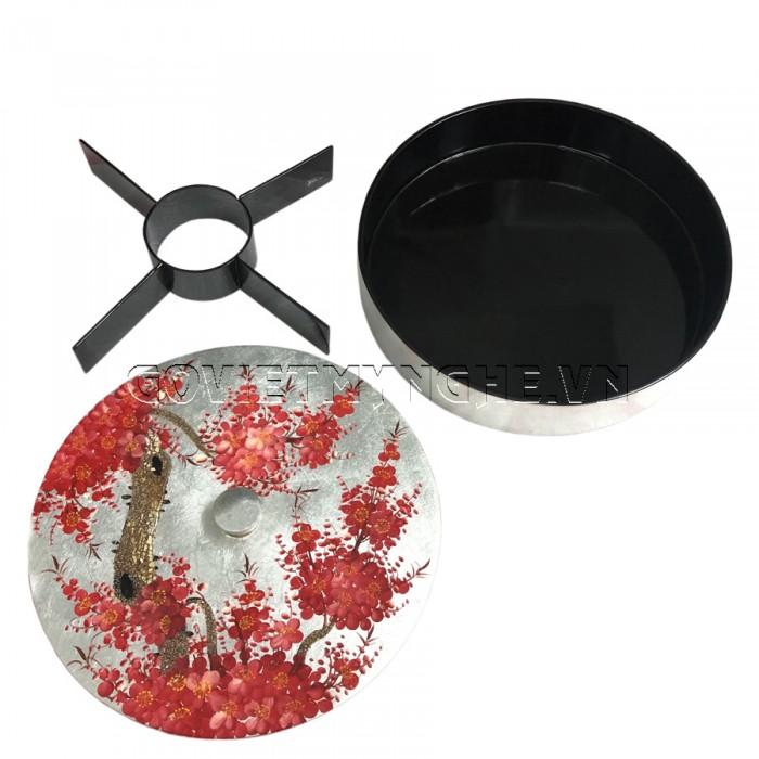 Hộp Mứt Sơn Mài Tròn Φ30cm - Vẽ hoa đào đỏ & nền bạc - Φ30cm, Cao 7cm (Bao gồm cả phần nắp hộp). Giá : 530.000₫