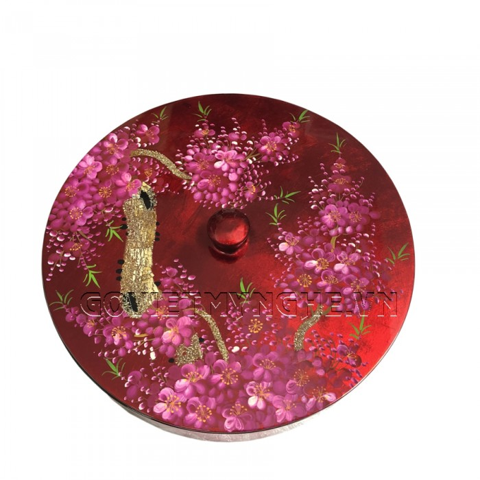 Hộp Mứt Sơn Mài Tròn Φ30cm - Vẽ hoa đào Tím & nền đỏ - Φ30cm, Cao 7cm (Bao gồm cả phần nắp hộp). Giá : 530.000₫