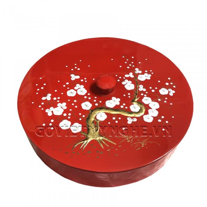 Hộp Mứt Sơn Mài Tròn Φ30cm - Vẽ hoa mai trắng đắp nổi & nền đỏ   - Φ30cm, Cao 7cm (Bao gồm cả phần nắp hộp). Giá : 530.000₫