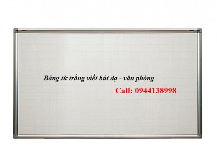 Bảng từ trắng viết bút lông, bút dạ: - Mặt Bảng: được sản xuất bằng thép từ tính Hàn Quốc. Bề mặt sáng đẹp, dễ viết, dễ xóa sạch. Mặt bảng bằng tấm thép phủ sơn màu trắng dày 20 micromét theo tiêu chuẩn JIS G3312 của Hàn Quốc1