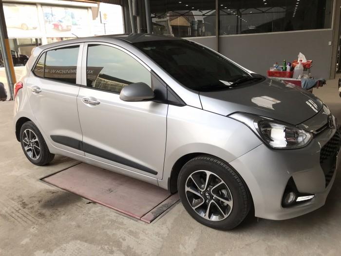 Bán Hyundai Grand i10 HB 1.2AT màu bạc số tự động sản xuất 2018 mới 99% đi 14000km