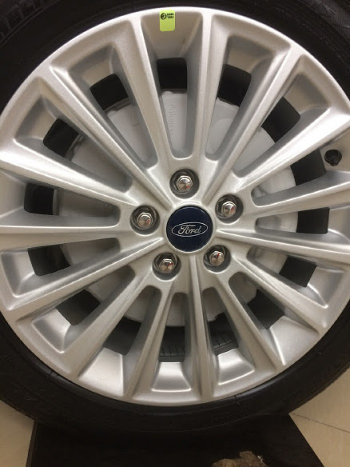 Ford Focus 1.5L Sport AT 2019 giao ngay, hỗ trợ trả góp 80% màu trắng