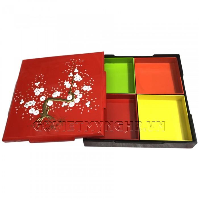 Hộp Mứt Sơn Mài Vuông 30cm - Vẽ hoa mai trắng nổi & nền đỏ  + Kích thước hộp mứt: 30 cm x 30 cm ; Cao 6.5cm (Bao gồm cả phần nắp hộp).  + Kích thước khay mứt: 13.5 cm x 13.5 cm. Giá : 630.000₫