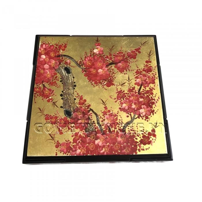 Hộp Mứt Sơn Mài Vuông 30cm - Vẽ hoa đào đỏ & nền vàng  + Kích thước hộp mứt: 30 cm x 30 cm ; Cao 6.5cm (Bao gồm cả phần nắp hộp).  + Kích thước khay mứt: 13.5 cm x 13.5 cm. Giá : 630.000₫