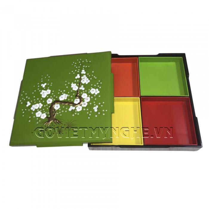 Hộp Mứt Sơn Mài Vuông 30cm - Vẽ hoa mai trắng nổi & nền xanh lá  + Kích thước hộp mứt: 30 cm x 30 cm ; Cao 6.5cm (Bao gồm cả phần nắp hộp).  + Kích thước khay mứt: 13.5 cm x 13.5 cm. Giá : 630.000₫