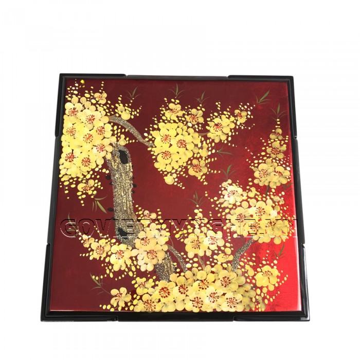 Hộp Mứt Sơn Mài Vuông 30cm - Vẽ hoa mai vàng & nền đỏ  + Kích thước hộp mứt: 30 cm x 30 cm ; Cao 6.5cm (Bao gồm cả phần nắp hộp).  + Kích thước khay mứt: 13.5 cm x 13.5 cm. Giá : 630.000₫