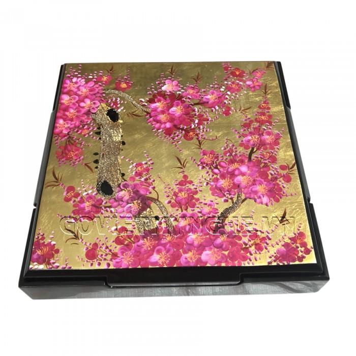 Hộp Mứt Sơn Mài Vuông 30cm - Vẽ hoa đào tím & nền vàng  + Kích thước hộp mứt: 30 cm x 30 cm ; Cao 6.5cm (Bao gồm cả phần nắp hộp).  + Kích thước khay mứt: 13.5 cm x 13.5 cm. Giá : 630.000₫ Hộp Mứt Sơn Mài Vuông 30cm - Vẽ hoa đào tím & nền vàng  + Kích thước hộp mứt: 30 cm x 30 cm ; Cao 6.5cm (Bao gồm cả phần nắp hộp).  + Kích thước khay mứt: 13.5 cm x 13.5 cm. Giá : 630.000₫