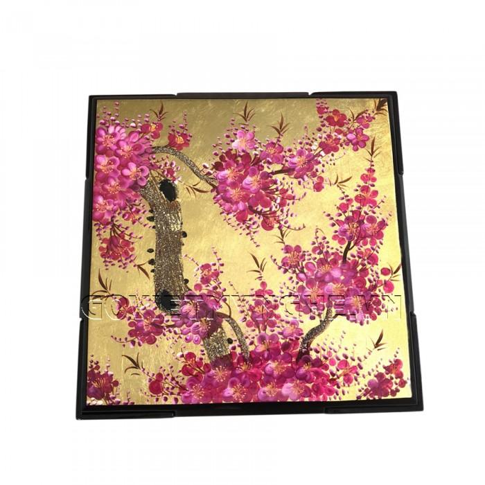 Hộp Mứt Sơn Mài Vuông 30cm - Vẽ hoa đào tím & nền vàng  + Kích thước hộp mứt: 30 cm x 30 cm ; Cao 6.5cm (Bao gồm cả phần nắp hộp).  + Kích thước khay mứt: 13.5 cm x 13.5 cm. Giá : 630.000₫