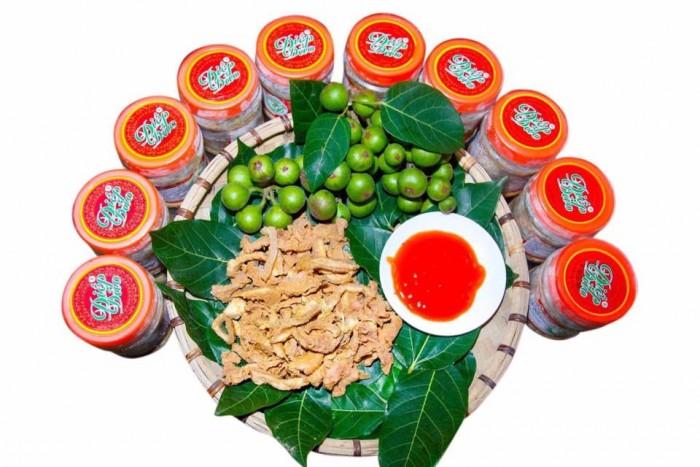 Thịt chua được làm từ thịt lợn Lửng, một loại lợn được người Mường nuôi tự nhiên, sau khoảng thời gian nuôi trên nhưng sườn đồi, được người dân thả lã chủ yếu là ăn nhưng đồ ăn trong rừng, trọng lượng khoảng 18kg đến 25kg sẽ được sử dụng làm nguyên liệu chính chế biết món thịt chua.4