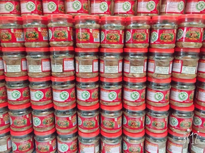 Thịt chua được làm từ thịt lợn Lửng, một loại lợn được người Mường nuôi tự nhiên, sau khoảng thời gian nuôi trên nhưng sườn đồi, được người dân thả lã chủ yếu là ăn nhưng đồ ăn trong rừng, trọng lượng khoảng 18kg đến 25kg sẽ được sử dụng làm nguyên liệu chính chế biết món thịt chua.2
