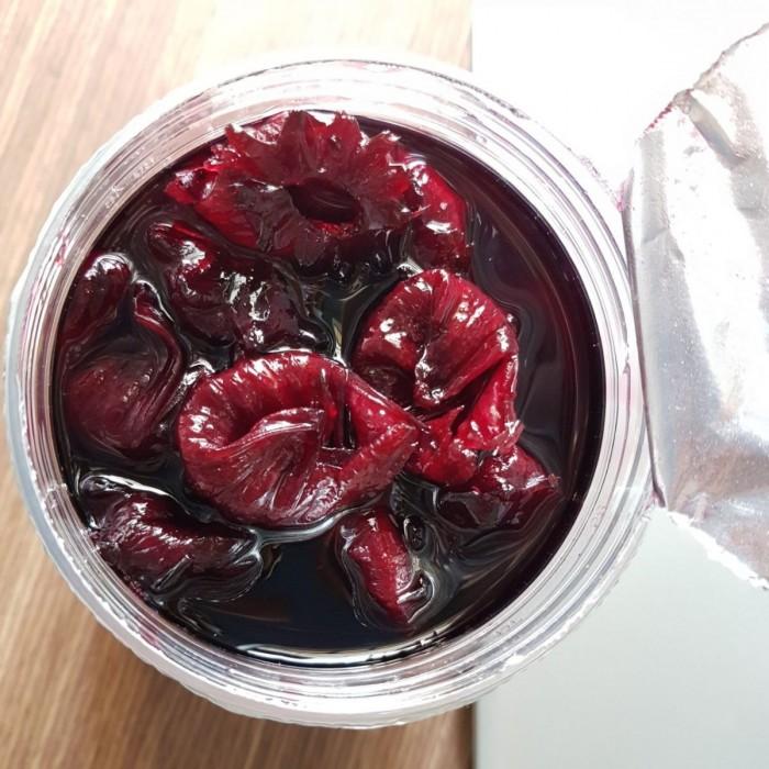 [Món ngon mùa hè] Trà khô Atiso đỏ mát lạnh bổ dưỡng  ✔️Công dụng: Hoa Atiso sấy được dùng làm nước giải khát thơm ngon và bổ dưỡng. Hoa Atiso còn có tác dụng mát gan, thông tiểu tiện, thông mật, các bệnh yếu gan mật, viêm thận cấp tính và kinh niên. hạ thấp lượng cholesterin và urê huyết. Thường dùng hoa Atiso sấy sẽ cho bạn làn da hồng hào.  Với mỗi gói trà Atiso đỏ khô 100gr có thể pha được khoảng 70-80 tách trà, tương đương 1000đ/ tách trà atiso đỏ thơm mát.  Hương vị: Vị chua ngọt tự nhiên.  HƯỚNG DẪN PHA TRÀ ATISO ĐỎ TỪ HOA ATISO ĐỎ  NGUYÊN LIỆU (cho 500ml trà):  ✔️3g hoa atiso đỏ (hoa bụp giấm).  ✔️6 thìa canh mật ong (nếu không có thì cho đường phèn).  ✔️200ml nước sôi và 200ml nước sôi để nguội.  ✔️1 quả chanh tươi/cam vàng.  ✔️Vài húng lá bạc hà.  ✔️Đá viên  ????CÁCH LÀM:  - Hãm hoa bụt giấm khô với 200ml nước sôi. Đợi 15 phút cho hoa phai hết màu và chất chua  - Hòa tan mật ong vào nước nguội. Trút phần trà hoa atiso đỏ vào(cả bã). Thêm chanh/cam cắt lát dày 2-4mm. Đem Đi bảo quản hoặc ướp lạnh.  - Khi dùng bỏ thêm lá bạc hà, đá viên sẽ ngon hơn. Đặc biệt. atiso Không kỵ thai, thuốc tây.  Tuy nhiên  cách nấu bông atiso khô cũng có thể tùy thuộc vào sở thích của các bạn bạn để giảm lượng nước cũng như châm thêm đường để uống.  Cảm ơn bạn đã theo dõi bài viết của chúng tôi. Chúc bạn thành công với cách làm trên để gia đình bạn bè được thưởng thức nhé! ------------------------------------ Địa chỉ: 338/1B Nơ Trang Long, Phường 13, Quận Bình Thạnh, TP Hồ Chí Minh #Hoa_atiso_đỏ #HoaBụpGiấm #Hibiscus_Tươi #Hoa_bụp_giấm #HCM #Huế #Đà_Lạt https://www.facebook.com/traatisodo.viethibiscus/