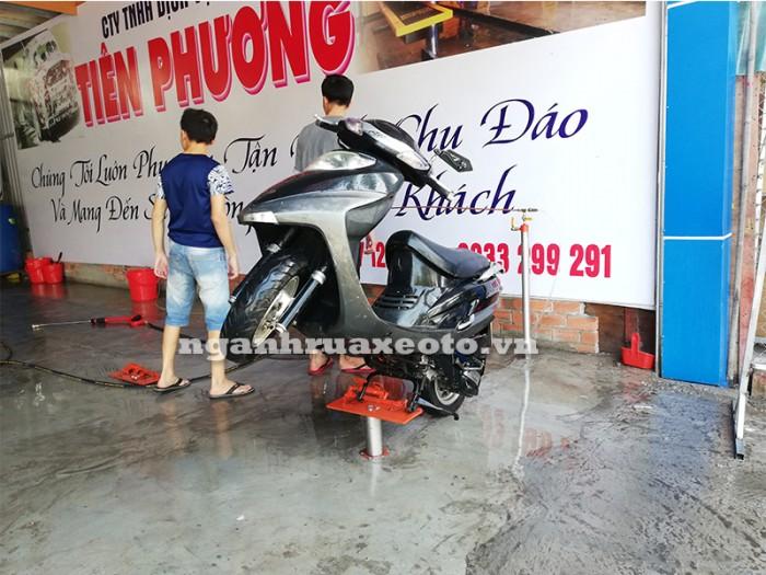 Con đội rửa xe gắn máy, tay ga