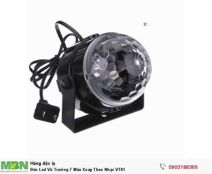 Có bass treo dưới đế đèn giúp dễ dàng treo đèn lên cao để hiệu ứng chiếu xuống khu vực sân khấu0