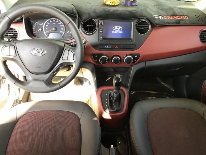 Bán Hyundai Grand i10 1.2AT 5 cửa màu bạc số tự động sản xuất 2018 đi 7800 km