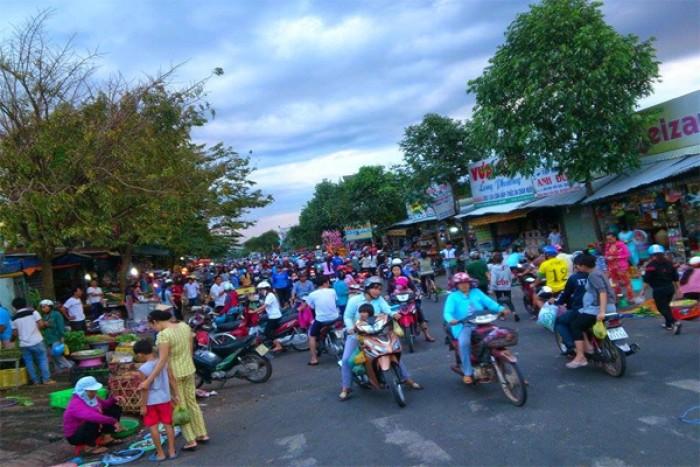 Xung quanh lô đất là khu dân cư, tiện ích hiện hữu (siêu thị, công viên, trường học, chợ)