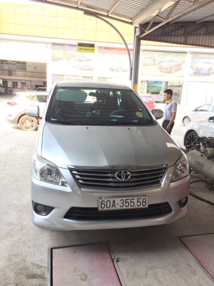 Bán Toyota INNOVA 2.0V màu bạc số tự động sản xuất 2014 xe đẹp 80%
