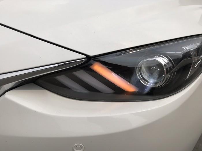 Bán Mazda 3 sedan 1.5AT màu trắng số tự động sản xuất 2017