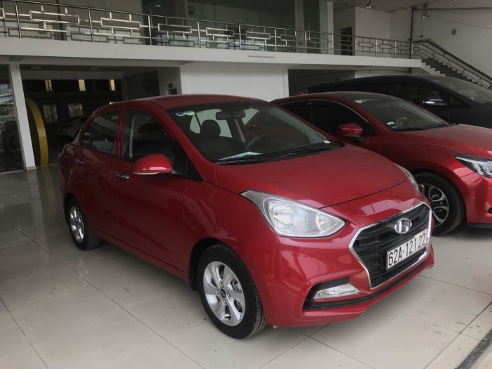 Bán Hyundai Grand i10 sedan 1.2AT màu đỏ số tự động sản xuất 2018 biển tỉnh đi 9000km