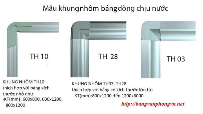 - Khung nhôm kiểu bo tròn chuyên dụng Khung (TH28/Th04/TH03). Các góc Bảng bịt nhựa tránh sắc nhọn và tạo thẩm mỹ cao. Các Mẫu Khung Thông dụng Tùy theo Kích thước Bảng: Bảng từ trắng treo tường Hàn Quốc dùng sử dụng khung nhôm mã TH28 hoặc TH03 tùy theo kích thước khác nhau. Các kích thước có chiều dài nhỏ hơn 2400mm đều dùng mẫu khung nhôm TH28 giúp bảng chắc chắn và không bị cong vênh qua thời gian.2