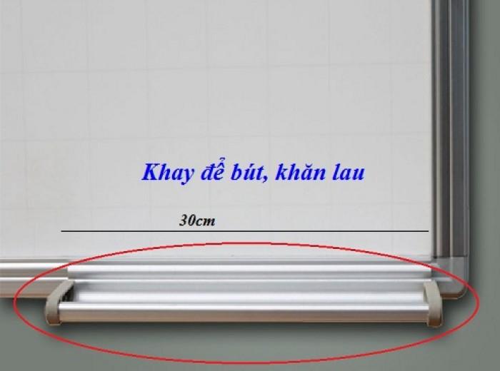 - Khay đựng bút bằng nhôm dài 30cm được gắn và trượt dài trên khung bảng giúp tiện lợi hơn khi để bút và đặc biệt có thể di chuyển từ trái qua phải dễ dàng. Khay bút bằng nhôm có đầu bịt nhựa ở 2 đầu an toàn và tiện dụng1