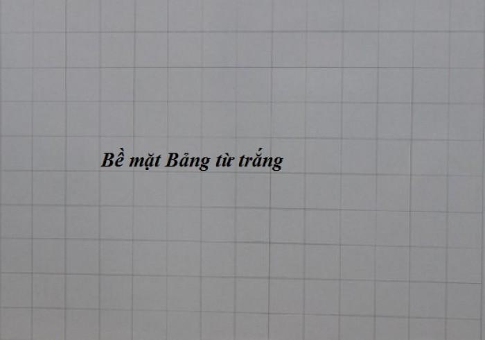 - Mặt Bảng: được sản xuất bằng thép từ tính Hàn Quốc. Bề mặt sáng đẹp, dễ viết, dễ xóa sạch. Mặt bảng bằng tấm thép phủ sơn màu trắng dày 20 micromét theo tiêu chuẩn JIS G3312 của Hàn Quốc -  Bề mặt bảng trắng sáng, đẹp, ít lóa, công dụng làm bảng viết bút lông, bút dạ.  - Mặt Bảng Có từ tính mạnh, có thể hít hoặc dính viên nam châm (magnet). Mặt bảng Kẻ ô vuông mờ 5x5cm ( dễ viết ).0