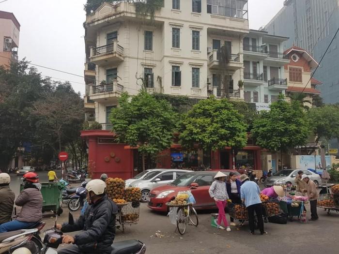 Cho thuê mặt phố Quang Trung, HK:  200tr/th,  250m2, mt 15m,  2.5 tầng.Vị Trí đẹp, mọi mô hình nghệ thuật.