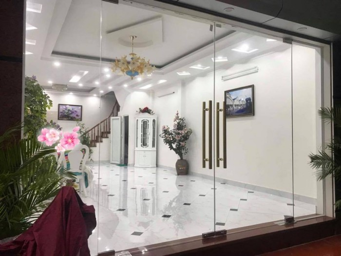 Bán nhà Trương Định 70m2, 4 tầng, MT 5.6m ô tô vào nhà, cách phố 5m