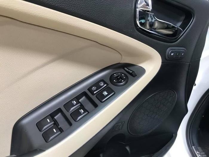 Bán Kia Cerato 1.6AT màu trắng số tự động sản xuất 2018 đi 6000km xe như mới