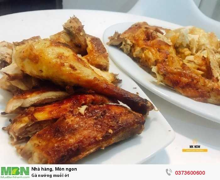 Thêm dĩa muối ớt mằn mặn cay cay chấm kèm vị gà thơm thêm ngon