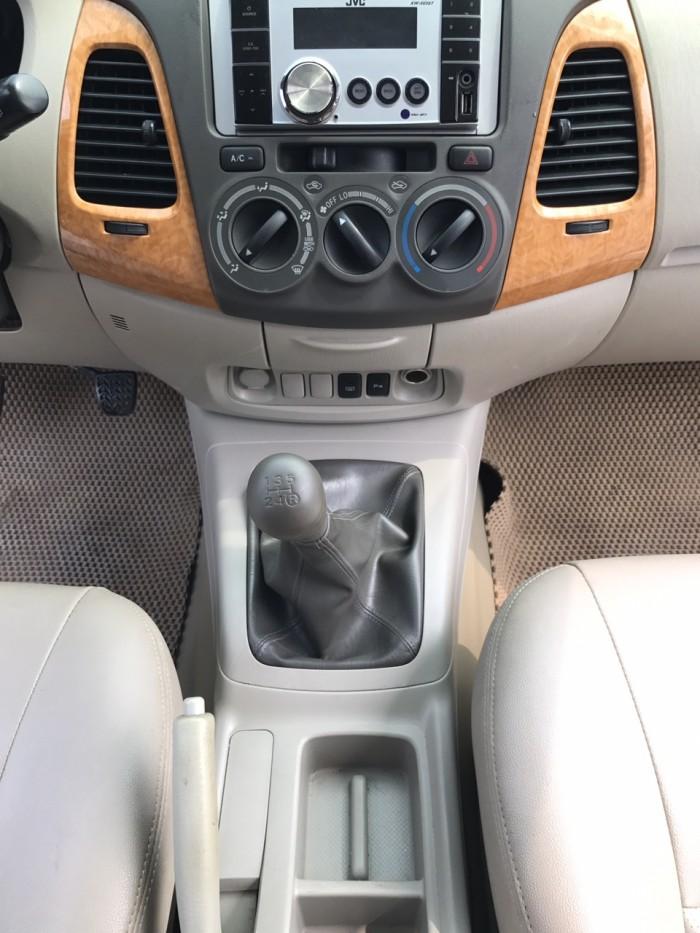 Cần bán xe Toyota Innova G năm sản xuất 2011, màu bạc 0