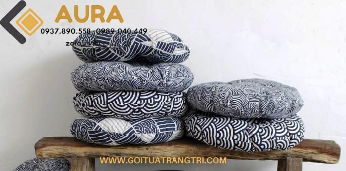 Đệm ngồi bệt ngày càng được sử dụng phổ biến với các không gian được thiết kế theo phong cách Hàn Quốc hay Nhật Bản. Vì thế, ngoài tác dụng mang lại cảm giác dễ chịu khi ngồi, đệm ngồi bệt còn góp phần tạo điểm nhấn cho không gian nội thất.  Đệm ngồi bệt AURA có thiết kế sang trọng, đệm ngồi được làm từ ruột sợi len đánh tơi nén chắc, Đệm ngồi bệt AURA mang đến cho bạn sự đảm bảo về chất lượng cao cấp cũng như làm bạn hài lòng về những kiểu dáng đẹp mắt, sang trọng mà chiếc đệm ngồi điểm tô cho không gian nội thất của gia chủ.  Trong những chuyến đi xa hay những lúc phải ngồi làm việc hay những lúc ngồi thiền cần sự tĩnh lặng, đệm ngồi thiền sẽ là một giải pháp hữu hiệu giúp bạn giảm bớt mệt mỏi và đau lưng. Hãy chọn ngay cho mình một chiếc đệm ngồi đẹp,đáng yêu để tận hưởng cảm giác thư giãn, dễ chịu khi ngồi lâu hoặc làm quà tặng ý nghĩa cho bạn bè, người thân.  Sản phẩm thật chụp lên, màu sắc y hình 100% Bộ sản phẩm được may từ chất liệu vải polytilen mềm mịn mát tay, không gây nóng khi sử dụng đệm trong thời gian dài. Chất vải thoáng mát, màu sắc luôn tươi mới, không ra màu khi giặt với nước, đặc biệt chất vải không bám bụi đảm bảo mang lại sự tiện lợi cho quá trình sử dụng đệm ngồi bệt. Đặc biệt với dòng sản phẩm có ruột đệm được làm bằng sợi len nén giúp đệm ngồi rất êm lại không bị lún, tuổi thọ sản phẩm tương đối dài ( 3 -5 năm) điều này mang lại lợi ích kinh tế rất lớn cho người sử dụng kinh doanh. Đệm ngồi bệt AURA có nhiều màu sắc trang nhã, đa dạng về phong cách, từ gu riêng dành cho quán cafe mộc, trà sữa đến gu sang trọng, tinh tế dành cho home stay, khách sạn cao cấp.   Đệm ngồi bệt AURA có nhiều màu sắc trang nhã, đa dạng về phong cách,tham khảo thêm rất nhiều sản phẩm trên website GỐI TỰA TRANG TRÍ COM hoặc fanpage GỐI TỰA LƯNG AURA hoặc ĐỆM NGỒI BỆT - NỆM NGỒI AURA đệm ngồi có vỏ bọc tháo rời, có khóa kéo, rất tiện vệ sinh sạch sẽ, nhanh khô, không bị ẩm mốc như đệm may liền vỏ thông thường   GIÁ CỰC TỐT CHO ANH CHỊ MUA SỐ LƯỢNG NHIỀU vui lòng liên