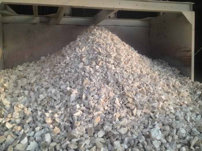 VÔI CỤC  Thông số kỹ thuật:  -         Độ trắng sáng: 75 - 80%  -         Kích thước: 5 – 150 mm (sản xuất theo yêu cầu) -         Hàm lượng CaO:  90 – 93% -         Hàm lượng tạp chất: ≤ 1,5% -         Đóng bao và vận chuyển theo yêu cầu  Ứng dụng:  -       Dùng trong ngành luyện gang thép, nguyên liệu vôi hóa chất, nông lâm nghiệp, thủy sản xử lý khí thải, nước thải …-   Mọi chi tiết xin liên hệ:  Công ty cổ phần Vôi Miền Bắc  Ms Trang: 0973 650 235/ 0813 430 3330