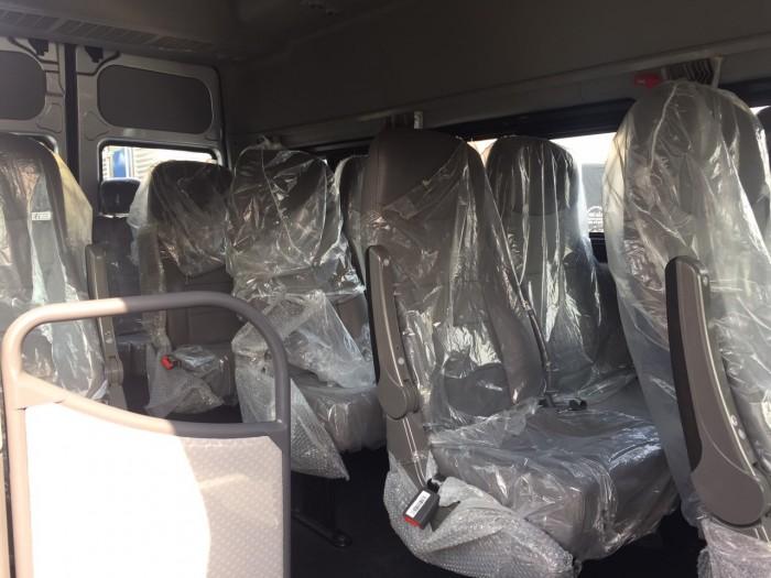 Xe tải 4 chân Dongfeng Hoàng Huy 18 tấn có thiết kế nội thất vô cùng sang trọng và đầy đủ tiện nghi thoải mái cho 2 người lái và 1 giường năm phía sau tiện lợi để nghỉ ngơi. Nội thất với tông màu xám ghi chủ đạo tạo cảm giác thoải mái và sạch sẽ. Ghế hơi và được bọc da cao cấp đem lại sự thoải mái nhất cho người sử dụng.