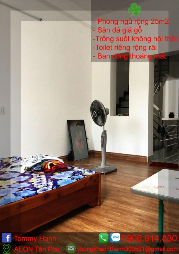 phòng sơn tường trắng, sàn gạch giả gỗ5
