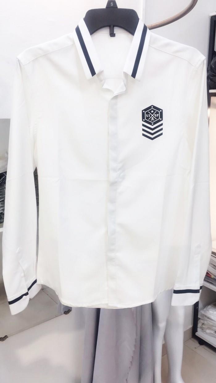 Áo sơ mi trắng dài tay thêu huy chương phối kẻ ở cổ và tay áo siêu cấp L530