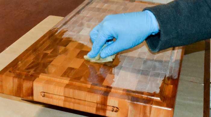 Dầu paraffin dùng trong công nghiệp. -         Ứng dụng chủ yếu của dầu paraffin là làm dầu đốt cho đèn thắp sáng ( hay gọi là đèn cầy ). -         Dầu khoáng Mineral oil sử dụng trong bảo quản gỗ, đánh bóng gỗ, chống mục nát và ghỉ sét -         Dầu Paraffin là thành phần quan trọng cho sản xuất nến, sáp nến, nến thơm.2