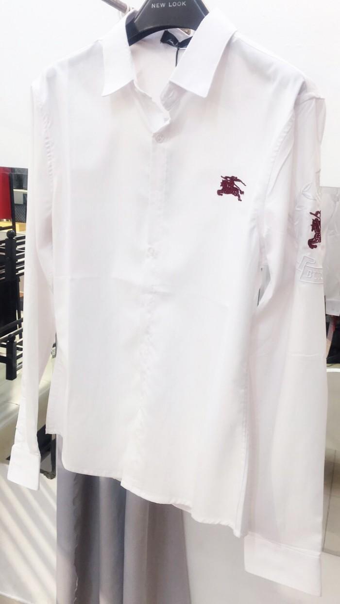 Áo sơ mi trắng dài tay thêu kỵ sĩ đỏ đô ở góc ngực trái và tay áo siêu cấp L560
