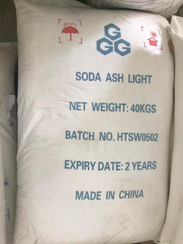 Tên sản phẩm: SODA ASH LIGHT 99,2% Công thức hóa học: Na2CO3 99,2%. Xuất xứ: Trung Quốc Quy cách: 40kg/bao Ứng dụng : Soda ash light được sử dụng trong ngành dệt nhuộm, công nghiệp khai thác và chế biến dầu khí, công nghiệp khoáng sản, chế biến thực phẩm, nước giải khát, chế biến thủy sản, xử lý nước uống và nước thải, sản xuất giấy, sản xuất bột giặt, dầu gội, xà phòng, hóa mỹ phẩm, ngành công nghiệp gốm sứ, ngành xây dựng ...2