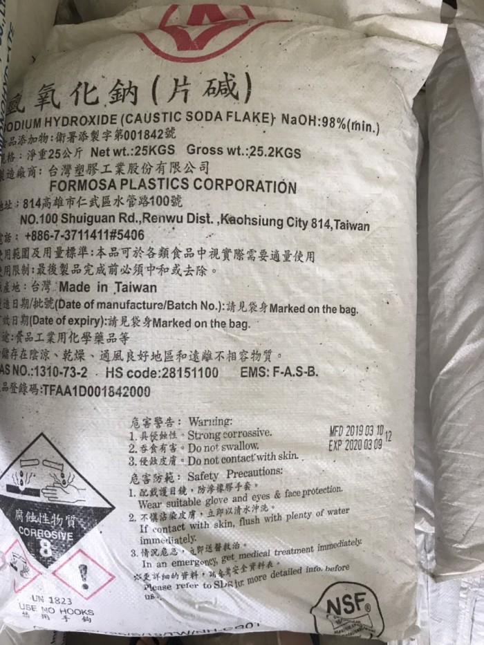 Công thức hóa học: NaOH 98% Xuất xứ: Đài Loan, Thái Lan. Ngoại quan: vảy trắng trong suốt. Đóng gói: – Bao PP có lớp PE bên trong. – Quy cách đóng gói: 25 kg/bao. Ứng dụng : Caustic Soda Flakes: được sử dụng trong nhiều ngành sản xuất găng tay, găng tay y tế, sản xuất cao su, xi mạ, sản xuất inox, thép không gỉ, xử lý nước và nước thải, tôn tráng kẽm, mạ nóng, sản xuất bia, nước giải khát, thực phẩm, sản xuất mì ăn liền, chế biến thủy hải sản, sản xuất đường ăn, khai thác chế biến dầu khí, khai thác khoáng sản, dệt nhuộm các công đoạn nấu tẩy, làm bóng, nhuộm, in hoa. Ngoài ra còn sử dụng trong các ngành công nghiệp khác: sản xuất bột giặt, xà phòng, dầu gội, hóa mỹ phẩm, sản xuất giấy, xử lý dầu mỡ, chế tạo và nạp ắc quy kiềm.1