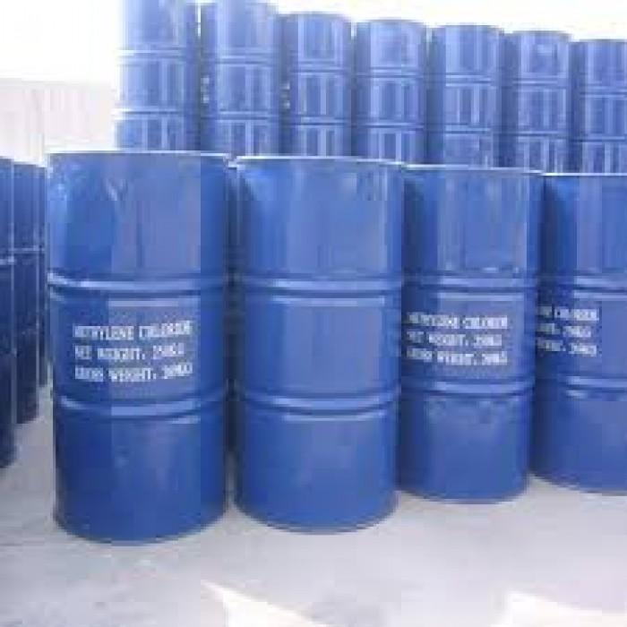 TÊN SẢN PHẨM  METHYLENE CHLORIDE -  MC  Số CAS hoặc số UN    Công thức CH2Cl2  Quy cách 270 kg/phi  Xuất xứ Mỹ/ Đài Loan  Ngoại quan Dạng chất lỏng không, màu không mùi.  Ứng dụng  Dùng trong keo dán, gia công chất dẻo, rửa khuôn đúc, gia công kim loại, tẩy rửa kim loại.  Bảo quản  Bảo quản ở nơi thông thoáng, mát mẻ và bố trí gần nguồn nước để kịp thời xử lý sự cố hóa chất xảy ra.  Cảnh báo an toàn  - Nếu dính vào mắt: ngay lập tức rửa với nước trong 15 phút và liên hệ trung tâm y tế gần nhất.  - Nếu dính vào da: ngay lập tức phun một lượng lớn nước vào vùng da bị tiếp xúc và bôi chất giữ ẩm để tránh da bị mất nước. Loại bỏ quần áo bị nhiễm   hóa chất và liên hệ trung tâm y tế gần nhất.   - Nếu hít phải: di chuyển nạn nhân đến nơi không khí thoáng mát. Nếu nạn nhân không thể thở thì hô hấp nhân tạo. Trường hợp nghiêm trọng, phải dùng   bình oxy. Sau đó, liên hệ trung tâm y tế gần nhất.  - Nếu nuốt phải: không được nôn mửa trừ khi có sự hướng dẫn của nhân viên y tế. Nếu nạn nhân bất tỉnh, không được cho bất kì thứ gì vô miệng của nạn nhân và liên hệ trung tâm y tế gần nhất.0