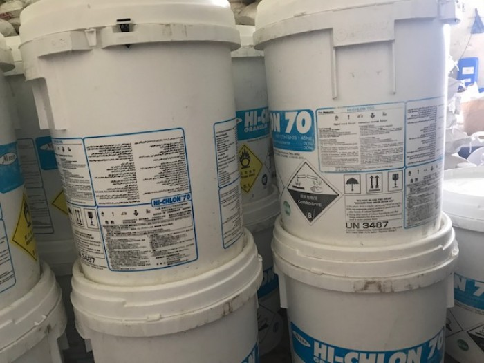 Hóa chất Chlorine được dùng trong công nghiệp xử lý nước, dùng để diệt khuẩn, để tẩy trắng trong ngành công nghiệp bột giấy vải sợi, nuôi trồng thủy sản.  1. Các dạng phổ biến của Chlorine 70%: Hóa chất chlorine phổ biến có 3 loại: (Cl2), hypochlorite canxi [Ca(OCl)2] và hypochlorite natri (NaOCl).  NaOCl ở dạng lỏng còn Hypochlorite canxi [Ca(OCl)2] dạng bột màu trắng, có mùi cay xốc.  Chlorine 70% được sử dụng phổ biến nhất là Chlorine 70 Nhật và Trung Quốc. Khi pha với nước Chlorine có màu trong suốt, có mùi vị xốc cay.  2. Ứng dụng kinh tế của hóa chất Chlorine 70%: Hóa chất Chlorine được dùng trong công nghiệp xử lý nước, nhằm khử trùng trong nước ngọt nhờ tác dụng oxy hóa các chất khử trong nước.  Được dùng để diệt khuẩn, để tẩy trắng trong ngành công nghiệp bột giấy vải sợi, nuôi trồng thủy sản…  Hóa chất Chlorine cũng được sử dụng để khử trùng cho nguồn nước đầu vào vụ nuôi cho ngành chăn nuôi thủy sản nhưng tránh sử dụng trong khu nước ao hồ giàu muối dinh dưỡng và chất hữu cơ vào giữa, cuối vụ nuôi.  Mọi chi tiết vui lòng liên hệ Ms Chung – 0937.967686 Email: chung.ho0130@gmail.com CÔNG TY CỔ PHẦN QUỐC TẾ TM GROW – CN BÌNH DƯƠNG Địa chỉ: 4/132 Đại lộ Bình Dương, KP Hoà Lân 1, P. Thuận Giao, TX. Thuận An, Tỉnh Bình Dương0
