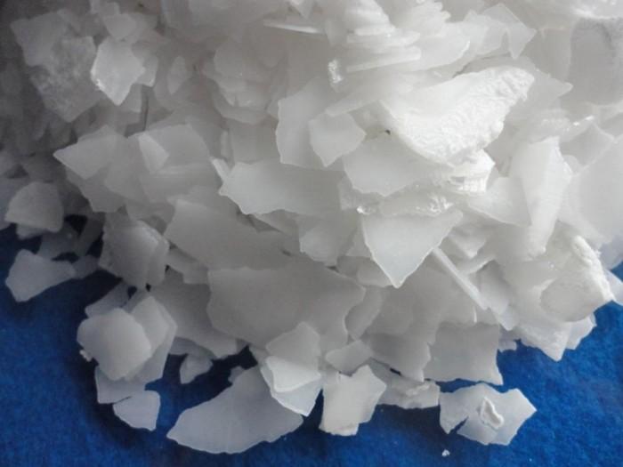 XUT – NaOH 99 Tên khoa học : Sodium Hydroxide, Natri Hydroxit Tên thường gọi: Xút vẩy, Xút ăn da … Mô tả: dạng vảy 99% Quy cách: 25kg/bao Xuất xứ: Trung Quốc ỨNG DỤNG:  Xút vẩy NaOh 99% là một trong nguyên liệu hóa chất cơ bản của nền kinh tế quốc gia, được sử dụng rộng rãi trong ngành công nghiệp nhẹ, công nghiệp hóa chất và luyện kim, ngành dệt nhuộm, y dược, thuốc trừ sâu, hóa hữu cơ tổng hợp NaOH 99% Xút vẩy là một trong những hóa chất dùng trong nhiều ngành công nghiệp như chất tẩy rửa, sơn, sản xuất giấy, công nghệ lọc dầu, công nghệ dệt nhuộm, thực phẩm, xử lý nước. Ngoài ra xút vẩy dùng để sản xuất các loại hóa chất đi từ xút như Silicat Natri, Al(OH)3, chất trợ lắng PAC, … Mọi chi tiết vui lòng liên hệ Ms Chung – 0937.967686 Email: chung.ho0130@gmail.com CÔNG TY CỔ PHẦN QUỐC TẾ TM GROW – CN BÌNH DƯƠNG Địa chỉ: 4/132 Đại lộ Bình Dương, KP Hoà Lân 1, P. Thuận Giao, TX. Thuận An, Tỉnh Bình Dương3