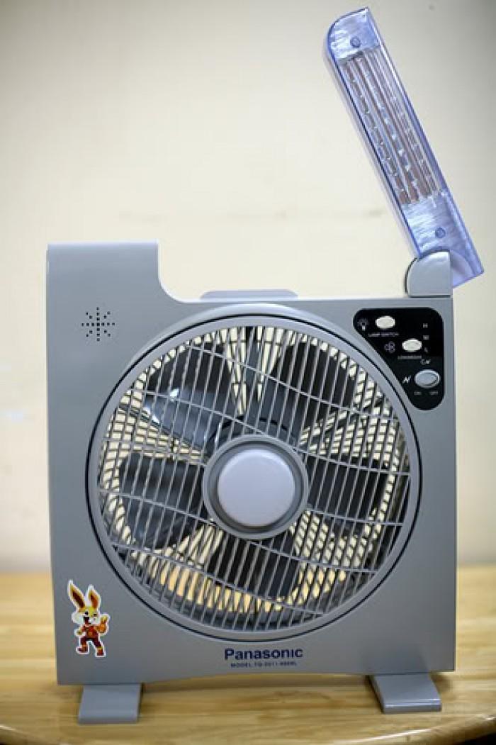 Quạt tích điện panasonic có 2 bình acquy và đèn chiếu sáng0