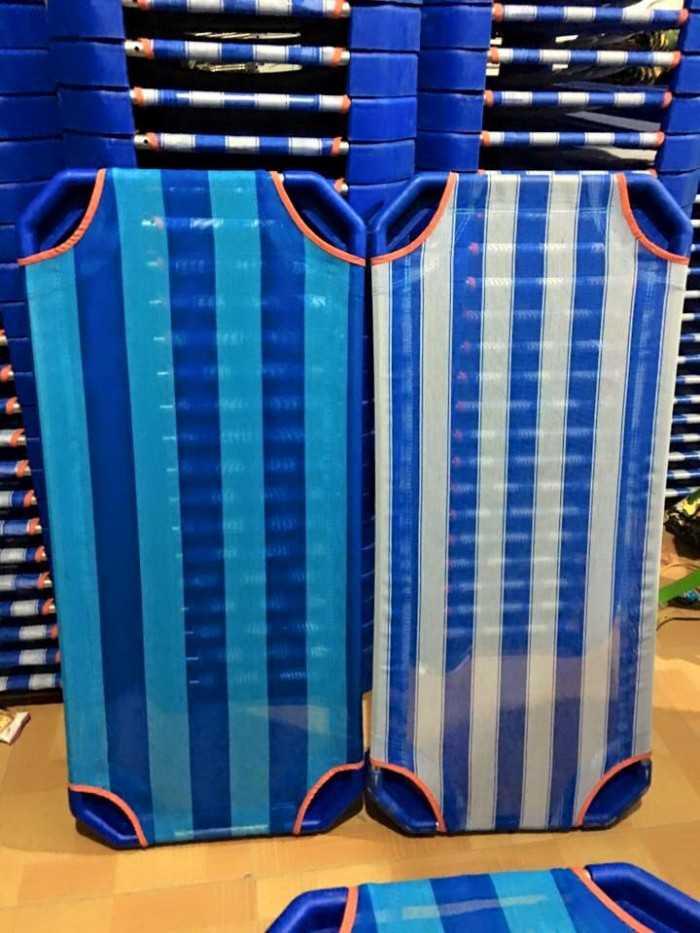 Giường lưới bọc nhựa sọc xanh dương mầm non1
