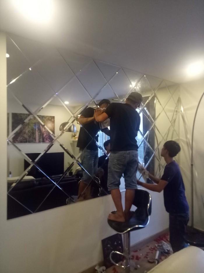 Thi công kính ốp tường trang trí phòng khách - Nhôm kính Nhật Quang2