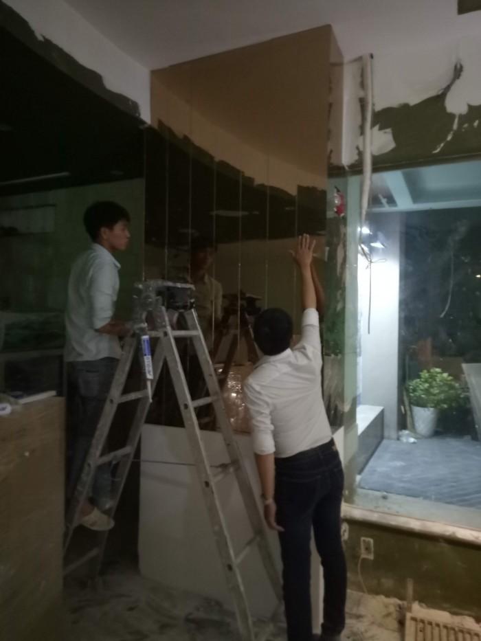 Thi công kính trang trí tường - nhôm kính Nhật Quang2
